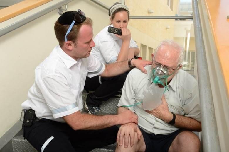 חובש איחוד הצלה מטפל עם חמצן